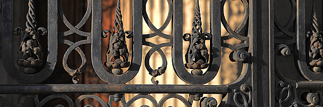 кованая решётка на воротах библиотеки Ирвина Сабо, Будапешт. гид по Будапешту