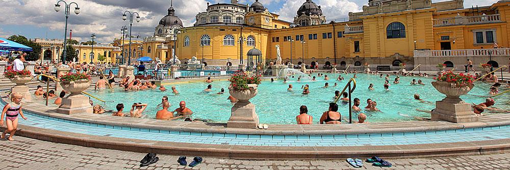 Один из трёх главных бассейнов с термальной минеральной водой температурой +34°, в открытой части купален Сечени, Будапешт.
