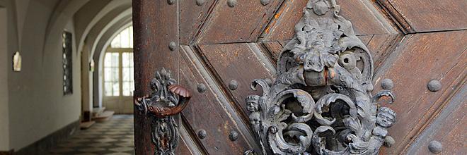 кованые украшения двери XVII века в доме на Господской улице, Будайский замок, Будапешт, Венгрия. гид по Будапешту