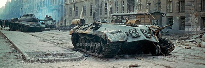 сожжённые советские танки на Большом бульваре, осень 1956, Будапешт